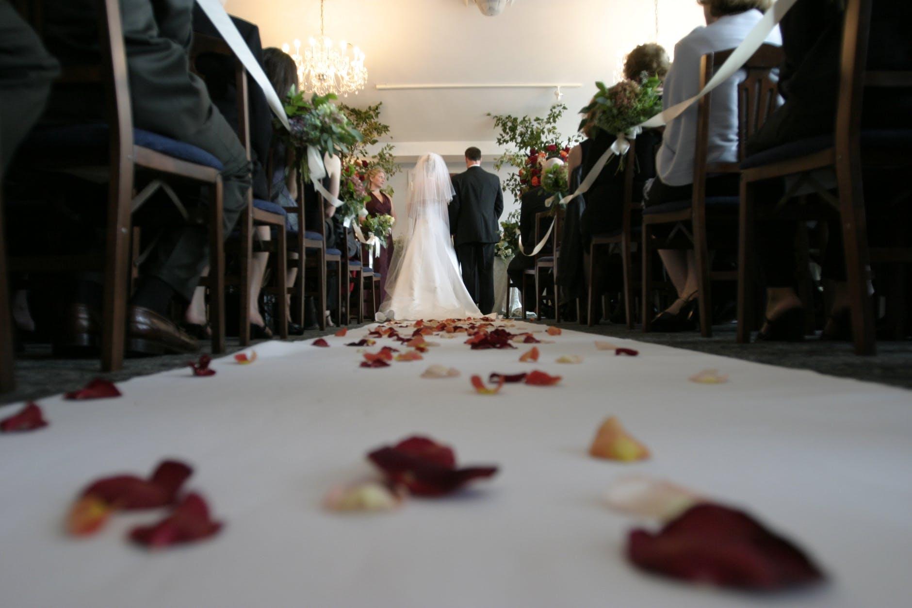 【結婚式ムービー】どのタイミングで流す?絶対失敗しない定番の流れを紹介!